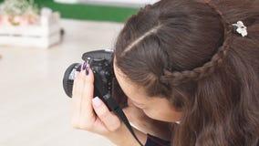 Fotograaf het meisje die de spruit Pasen nemen van de camerafoto stock videobeelden