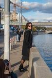 Fotograaf in het proces van de straatfoto om te schieten royalty-vrije stock afbeelding