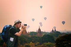 Fotograaf jonge touristman reis in Bagan Pagoda Mandalay royalty-vrije stock afbeeldingen