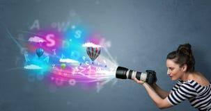 Fotograaf met camera en denkbeeldige samenvatting Royalty-vrije Stock Afbeeldingen