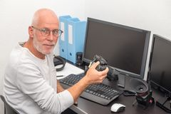 Fotograaf met camera op kantoor met computer royalty-vrije stock afbeeldingen