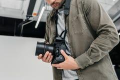Fotograaf met digitale camera en lens Stock Foto's