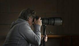 Fotograaf met telelens op monopod royalty-vrije stock afbeeldingen