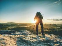Fotograaf op berg boven vallei met ochtendmist royalty-vrije stock foto's
