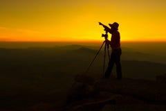 Fotograaf op Bevindende rots Royalty-vrije Stock Afbeeldingen