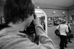 Fotograaf op de kunsttentoonstelling stock afbeeldingen