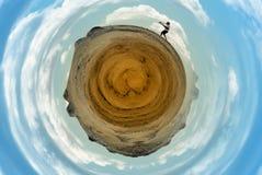 Fotograaf op dorre ronde planeet Royalty-vrije Stock Foto