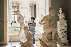 Fotograaf in Roman beeldhouwwerkgalerij, Louvre, Parijs Stock Afbeelding