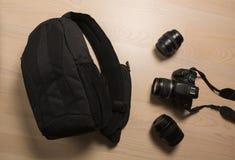 Fotograaf` s kleine rugzak met digitale slrcamera en replac stock foto
