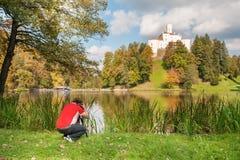 Fotograaf ter plaatse laag door het meer stock foto