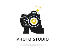 Fotograafhanden met camera vlakke illustratie voor pictogram of embleemmalplaatje Royalty-vrije Stock Afbeeldingen