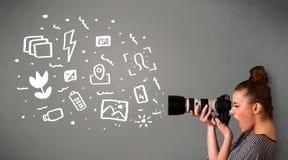 Fotograafmeisje die witte fotografiepictogrammen en symbolen vangen Stock Afbeelding