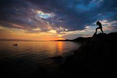 Fotograafsilhouet bij zonsondergang stock afbeeldingen
