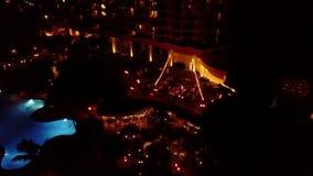 Fotografía aérea asombrosa de la gente en el banquete de boda cerca del hyatt en la oscuridad, Maui, Hawaii del hotel almacen de video