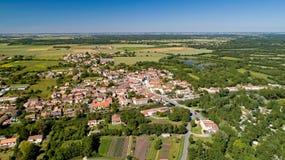 Fotografía aérea de Damvix en el pantano de Poitevin imágenes de archivo libres de regalías