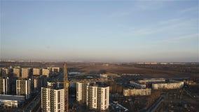 Fotografía aérea de una altura de una grúa de construcción en un área residencial del suburbio almacen de metraje de vídeo