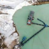 Fotografía aérea de una draga grande de la succión en un proceso mojado de la explotación minera para la arena blanca como la nie Foto de archivo