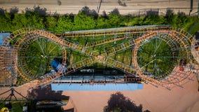 Fotografía aérea de una montaña rusa de la naranja del ` s de los niños imagen de archivo libre de regalías
