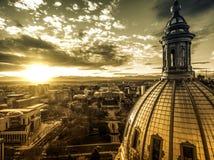 Fotografía aérea del abejón - puesta del sol de oro imponente sobre el edificio y Rocky Mountains, Denver Colorado de la Capital  Imagen de archivo libre de regalías