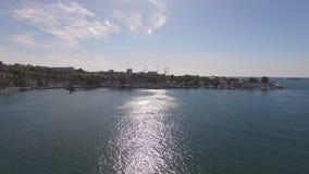 Fotografía aérea del paisaje del mar con un velero hermoso en el embarcadero