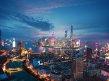Fotografía aérea en el horizonte de la Federación de Shangai de la oscuridad fotografía de archivo libre de regalías
