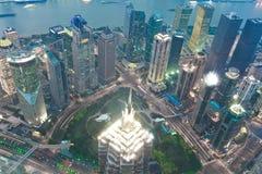 Fotografía aérea en los edificios modernos de la señal de la ciudad de la noche imagen de archivo