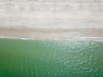 Fotografía aérea por un abejón Primer de la playa y de la arena de la visión superior o del aire Fotos de archivo