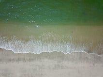 Fotografía aérea por un abejón Primer de la playa y de la arena de la visión superior o del aire Foto de archivo