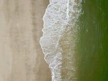 Fotografía aérea por un abejón Primer de la playa y de la arena de la visión superior o del aire Imagen de archivo