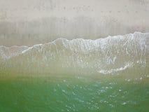 Fotografía aérea por un abejón Primer de la playa y de la arena de la visión superior o del aire Fotos de archivo libres de regalías