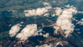 Fotografía aérea sobre las montañas imagen de archivo libre de regalías