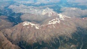 Fotografía aérea, tops nevados de la montaña en verano austria almacen de video
