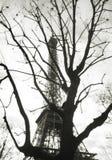 Fotografía blanco y negro de la película Vista abstracta creativa de la torre Eiffel Imagenes de archivo