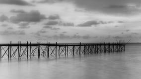 Fotografía blanco y negro de un embarcadero de madera de la playa Imagenes de archivo