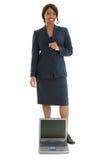Fotografía común: Mujer de negocios detrás de la computadora portátil abierta imagen de archivo libre de regalías