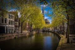 Fotografía de la calle - canales hermosos y arquitectura en ciudad del Gouda en los Países Bajos Imagen de archivo