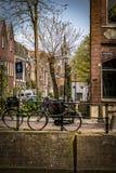 Fotografía de la calle - canales hermosos y arquitectura en ciudad del Gouda en los Países Bajos Foto de archivo