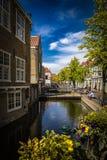 Fotografía de la calle - canales hermosos y arquitectura en ciudad del Gouda en los Países Bajos Fotografía de archivo libre de regalías