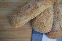 Fotografía de la comida del primer del pan hecho casero fresco del ciabatta del artesano en un tablero de madera con el mantel az Imágenes de archivo libres de regalías