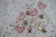 Fotografía de la comida de la Navidad usando las melcochas formadas como muñeco de nieve con feliz helado en sonrisa en nieve con Foto de archivo