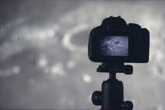 Fotografía de la luna Cámara con el trípode que captura la luna Cajón de la luna Imagen de archivo libre de regalías