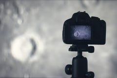 Fotografía de la luna Cámara con el trípode que captura la luna copernicus Imagen de archivo