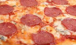 Fotografía de la macro de la textura de los salchichones de la pizza Imágenes de archivo libres de regalías