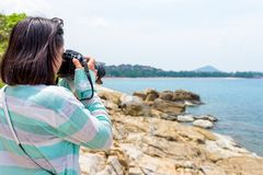 Fotografía de la mujer joven cerca del mar Fotos de archivo libres de regalías