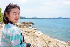Fotografía de la mujer joven cerca del mar Foto de archivo libre de regalías
