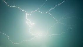 Fotografía de la naturaleza - relámpago - descarga en cielo Foto de archivo libre de regalías