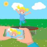Fotografía de la niña que salta en un trampolín Imagen de archivo libre de regalías