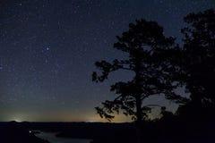 Fotografía de la noche de estrellas fugaces a través del cielo iluminado Fotos de archivo libres de regalías