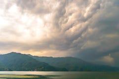 Fotografía de la nube, del lago, de la montaña y de la reflexión cerca del lago Pokhara en Katmandu Nepal Rompa en el retrato, pa Foto de archivo libre de regalías