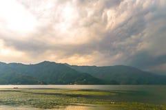 Fotografía de la nube, del lago, de la montaña y de la reflexión cerca del lago Pokhara en Katmandu Nepal Rompa en el retrato, pa Imagen de archivo libre de regalías